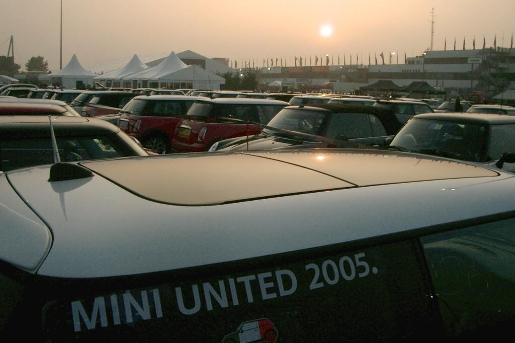 Das Fahrerlager in Misano wurde überschwemmt von MINIs aus aller Welt